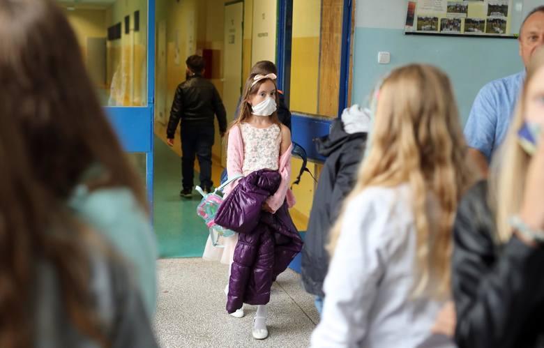 W poniedziałek, 18 stycznia, dzieci z klas I-III wracają do szkół. Zajęcia będą wyglądały jednak zupełnie inaczej niż przed epidemią, a nawet inaczej