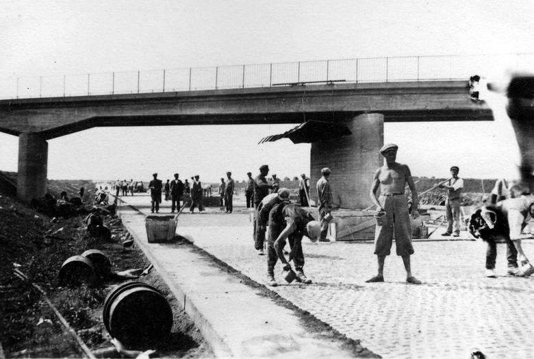 Tak w latach trzydziestych ubiegłego stulecia powstawała autostrada A4 pod Wrocławiem. Jako pierwszy powstał odcinek łączący Wrocław i Legnicę. Jego