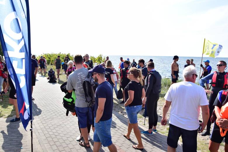 19. Marsz Śledzia: ponad 100 osób wybrało się na pieszo przez Zatokę Pucką z Kuźnicy do Rewy