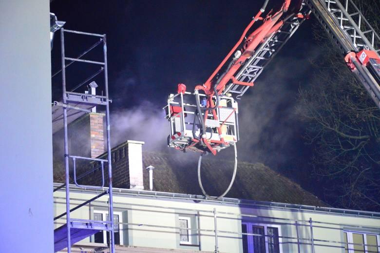 Trwa akcja gaśnicza budynku mieszkalnego, w którym wybuchł pożar. Na miejscu łącznie jest 6 zastępów wozów strażackich.- Ogień wybuchł w budynku dwukondygnacyjnym,