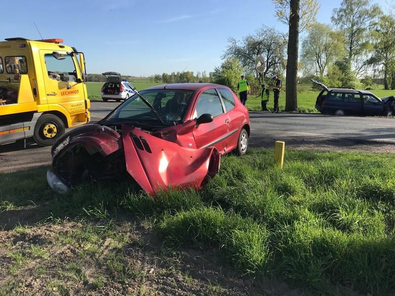 43-letni kierowca peugeota jest sprawcą wypadku, do którego doszło w niedzielę około 16:20 na krajowej 11 między Kostowem a Byczyną. Wymusił pierwszeństwo