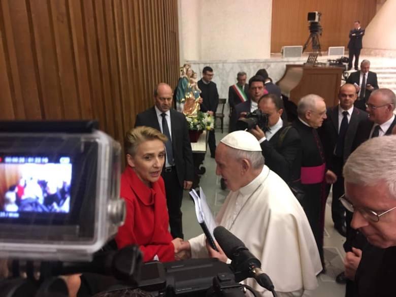 Papież Franciszek z raportem otrzymanym od posłanki Joanny Scheuring-WIelgus (w środku)