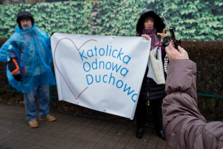 Różaniec odmawiany przed Sejmem przez członków stowarzyszenia Katolicka Odnowa Duchowa