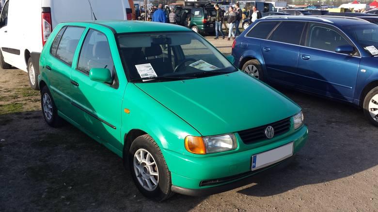 4. Volkswagen Polo. Silnik 1,4 benzyna, rok produkcji 1999, cena 2800 zł.