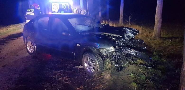 Na łuku drogi auto uderzyło w drzewo. W środę kilka minut po godz. 22 doszło w okolicach Białogardu doszło do poważnego wypadku. 18-letni kierowca osobowego