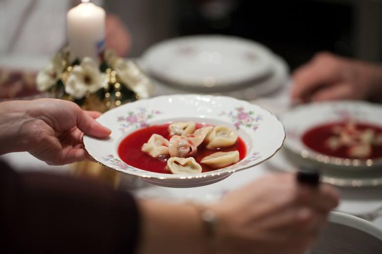 Uszka z grzybami podane w barszczu to tradycyjna potrawa wigilijna.
