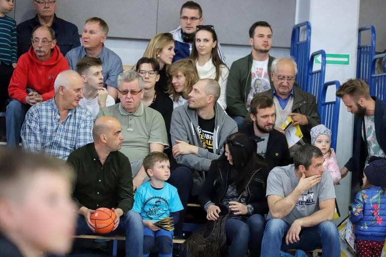 Żubry Leo-Sped Białystok przegrały pierwszy mecz półfinału play-off z Politechniką Opolską. W hali Uniwersytetu spotkanie oglądało wielu kibiców kos