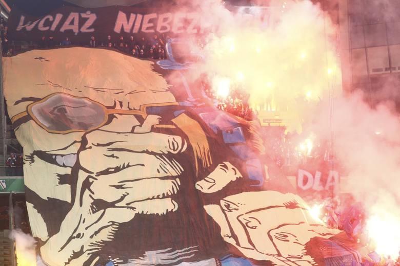 Mecze Lech Poznań - Legia Warszawa zawsze wzbudzają wielkie emocje nie tylko na boisku, ale także na trybunach. Tam zawsze jest gorąco i bardzo kolorowo.