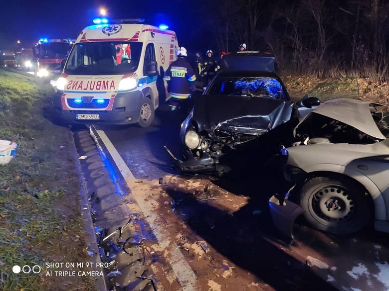 W niedzielę (1 grudnia) krótko przed północą w Wylatowie (gmina Mogilno) doszło do czołowego zderzenia dwóch samochodów osobowych: mercedesa i opla.