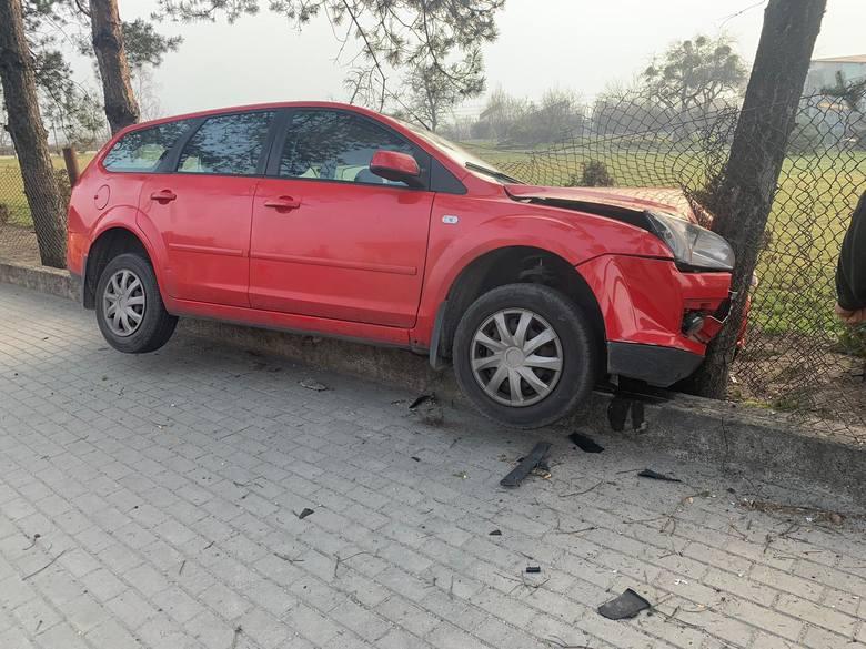 W piątek rano na łuku drogi na ul. Popiełuszki w Opolu kierowca forda focusa wypadł z jezdni i uderzył najpierw w płot, a potem w stojące za nim drzewo.