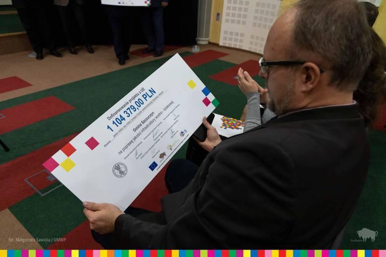 W czwartek 28 listopada zarząd województwa podlaskiego  przekazał symboliczne czeki przedstawicielom 23 podlaskich gmin. Dofinansowanie w wysokości 32,5