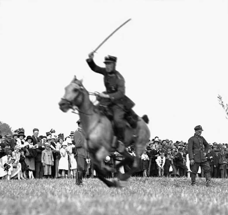 Zawody konne 5. Samodzielnej Brygady Kawalerii w Cichawie. Kawalerzysta podczas pokazu władania bronią białą