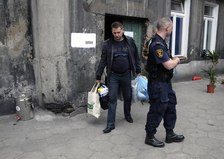 Przy ul. Zarzewskiej 7 stale jest obecny <br>patrol straży miejskiej.