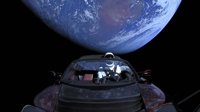Starman w Tesli mknie ku Marsowi.