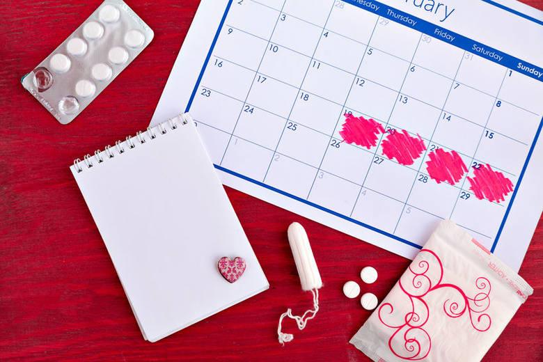 Brak okresu może mieć zróżnicowane podłoże - najczęściej jest wynikiem ciąży, stresu, zmiany tryby życia i pracy zmianowej.