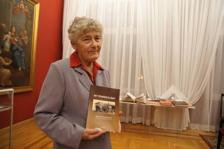 Danuta Cygan prezentuje książkę, która powstała na podstawie przeżyć nowosolan