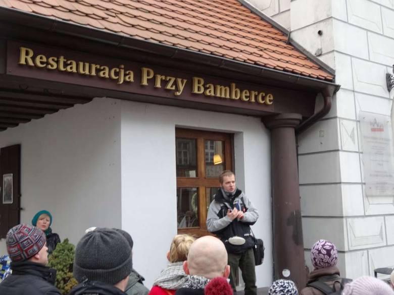 Niemcy w miejsce wagi ustawili ratusz, aby konkurował z polskim renesansowym budynkiem.