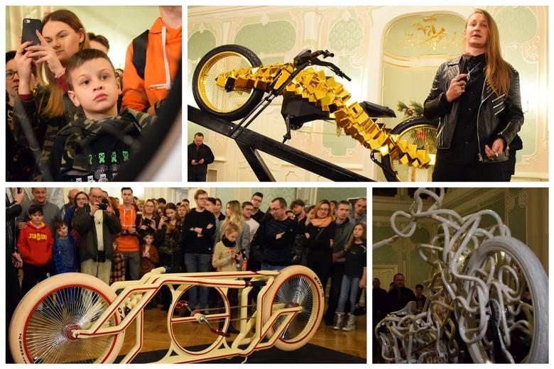 Sławny złoty rower, trójkołowa iluzja, monocykl, czy rower świetlny przyciągnęły do Auli Magna Pałacu Branickich tłumy fanów Mad Bicycles. Adam Zdanowicz