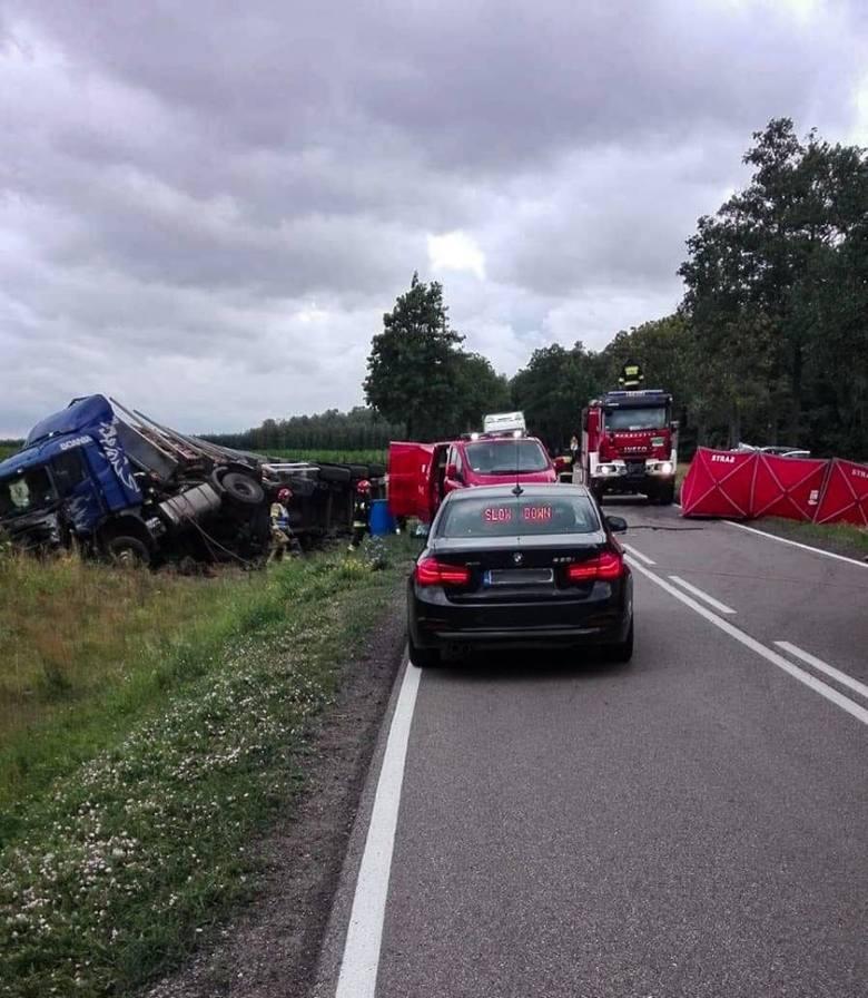 Śmiertelny wypadek w Kalnicy w powiecie bielskim. Po zderzeniu z ciężarówką zginął kierowca kia.