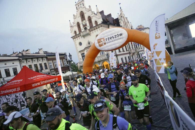 Ultramaraton Podkarpacki wystartował z rzeszowskiego Rynku. Pierwsi uczestnicy wystartowali na najdłuższy mierzący 115 km dystans już o północy. Ci,