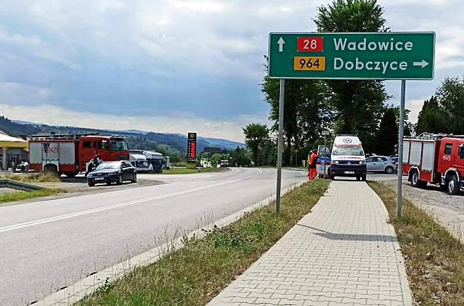 DK 28. Trzy auta rozbite na skrzyżowaiu w Kasinie Wielkiej. Dwie osoby ranne