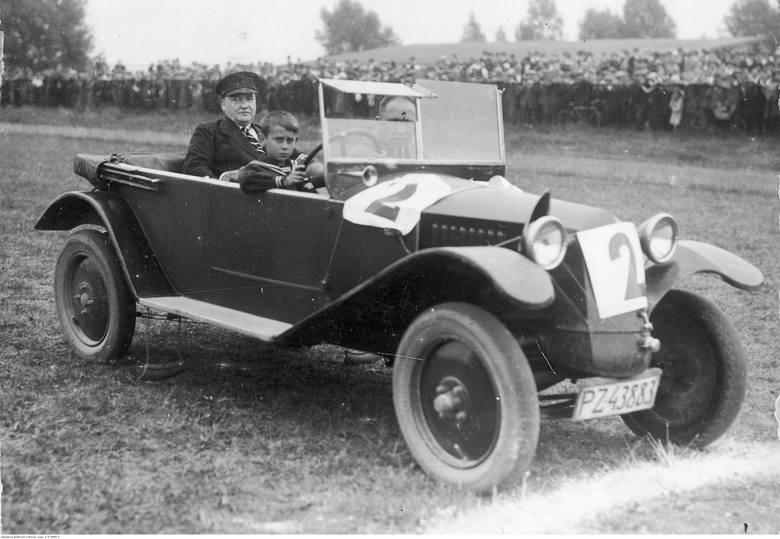 Wyścig samochodowy zorganizowany przez Automobilklub Wielkopolski na torze wyścigowym Ławica - 1929 rok.Przejdź do kolejnego zdjęcia --->