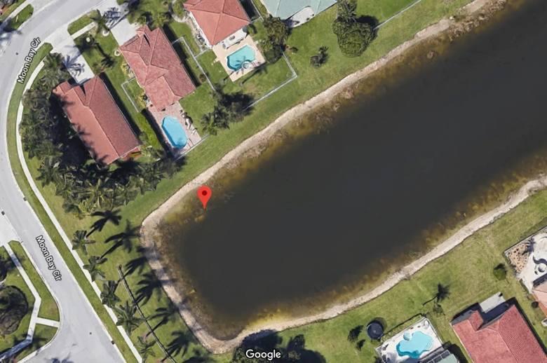 Samochód zatopiony w stawie można dojrzeć na zdjęciach satelitarnych Google Maps.