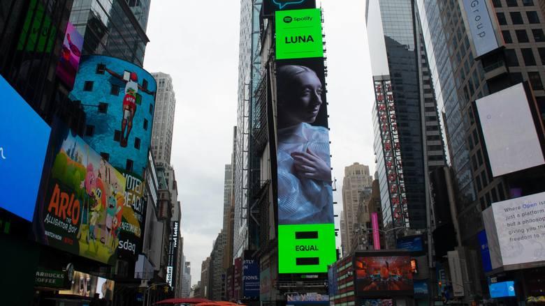 """Luna została ambasadorką akcji Equal Spotify. Jej zdjęcie pojawiło się na Times Square. Singiel """"Blind"""" to wersja utworu """"Zgaś"""" [WYWIAD]"""