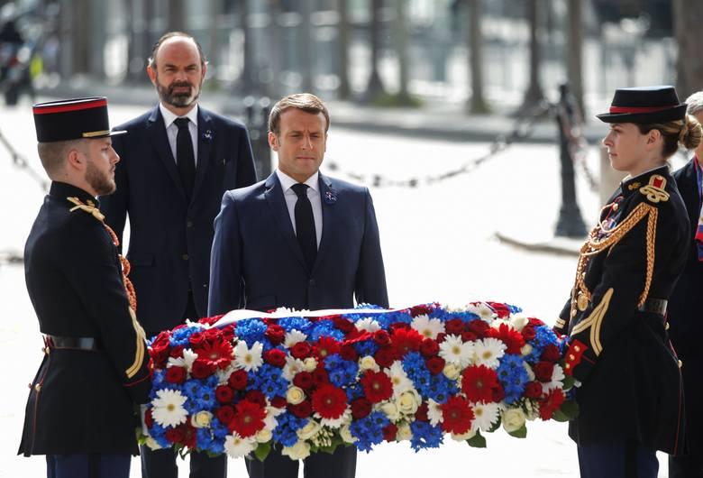 Premier Francji Emmanuel Macron złożył wieniec m.in. przed Łukiem Triumfalnym w Paryżu