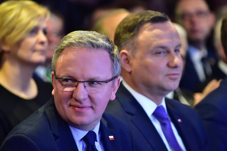 Na pierwszym planie Krzysztof Szczerski, minister prezydenta Andrzeja Dudy