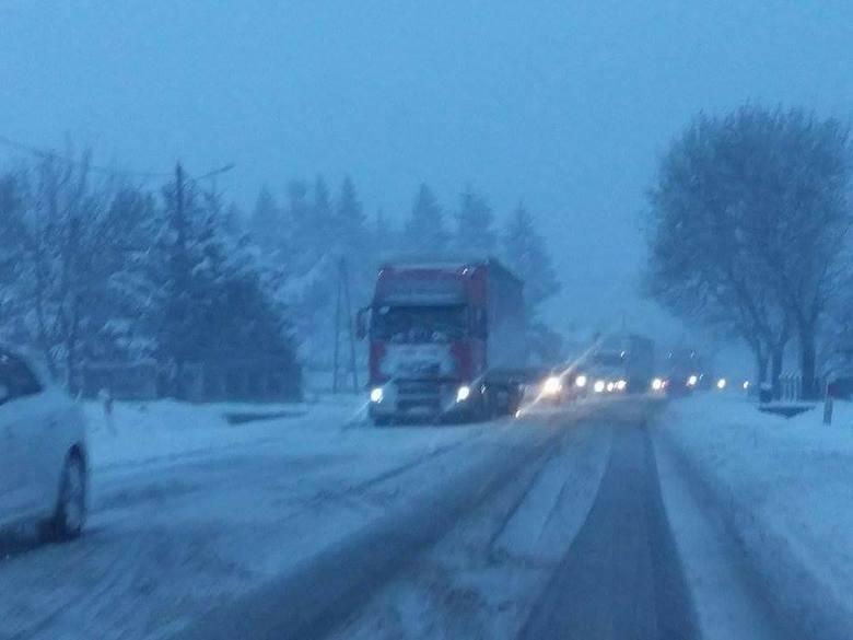 Gwałtowne załamanie pogody w woj. śląskim. Wiele dróg jest nieprzejezdnych z powodu zalegającego śniegu i połamanych drzew