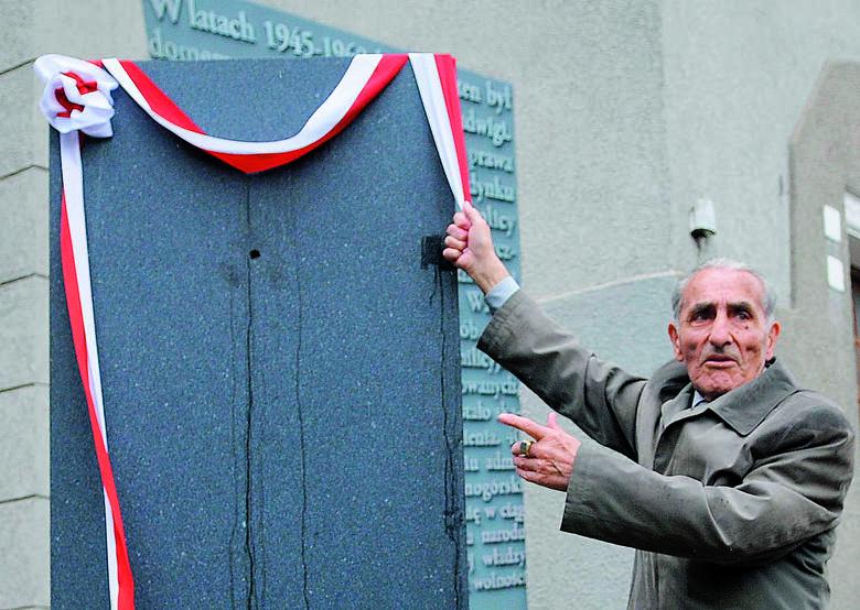 W 2010 roku, w 50. rocznicę odsłonięto pomnik znajdujący się przy filharmonii. Na zdjęciu Krzysztof Donabidowicz