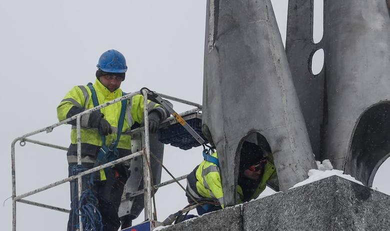 Prace przy rozbiórce pomnika mają się zakończyć do 9 marca. Elementy obiektu trafią do skansenu reliktów komunizmu.