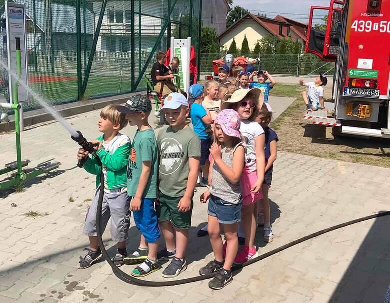 """""""Dziś odwiedzili nas ważni Goście, przedszkolaki z Rudy Malenieckiej. Wszystkie dzieci zapoznały się ze sprzętem używanym przez strażaków. Zostały"""