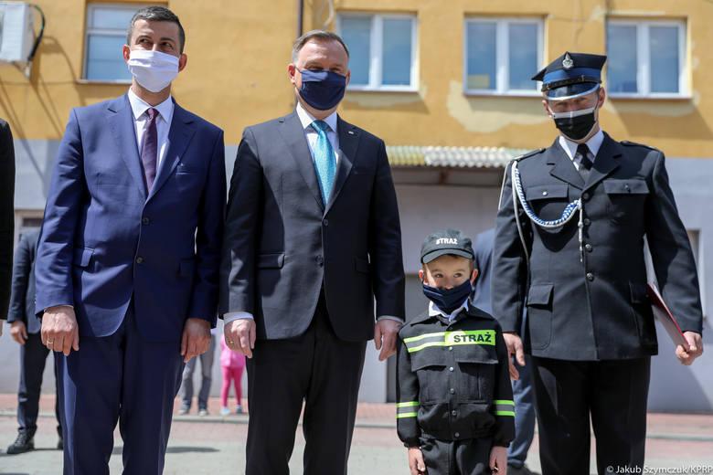 Podczas sobotniej wizyty na Podkarpaciu prezydent Andrzej Duda spotkał się ze strażakami OSP w Bukowsku. Wziął udział w uroczystym przekazaniu promesy