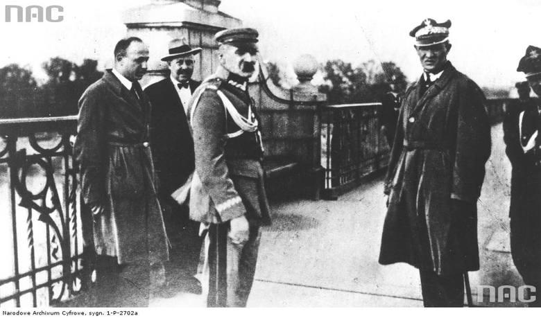 Józef Piłsudski w towarzystwie m.in. generała Gustawa Orlicz-Dreszera (na pierwszym planie z prawej) na moście Poniatowskiego, przed rozmową z prezydentem Stanisławem Wojciechowskim.