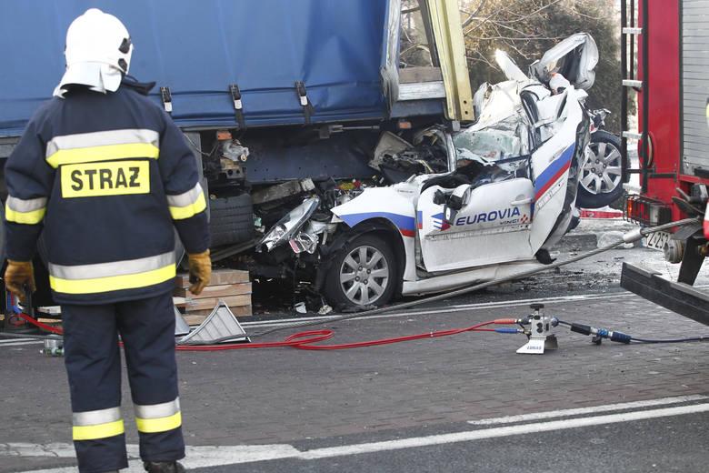 Do tego dramatycznego wypadku doszło na skrzyżowaniu w Boguchwale po godz. 7 rano. Ciężarówka uderzyła w pojazdy czekające na czerwonym świetle. Zmiażdżyła