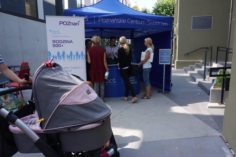 Wydawaniem Kart Dużej Rodziny w Poznaniu zajmuje się Poznańskie Centrum Świadczeń. To właśnie tam można odebrać Kartę Dużej Rodziny, która uprawnia do