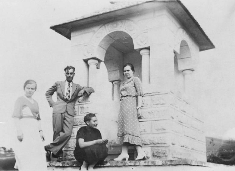 Jazłowiec 1937. Tę kapliczkę wybudowano ze składek 14. Pułku Ułanów Jazłowieckich. Mężczyzna na zdjęciu to Eugeniusz Kuliczkowski, stryj pana Apolinarego.