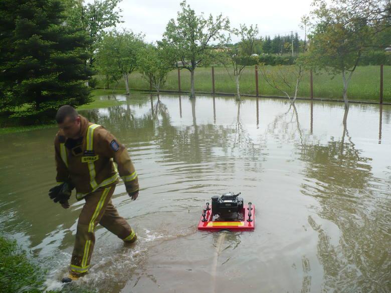 Coraz więcej zgłoszeń o zalanych domach. W Lipinkach nadmiaru wody nie wytrzymały stawy, uszkodzona jest sieć kanalizacyjna NOWE ZDJĘCIA