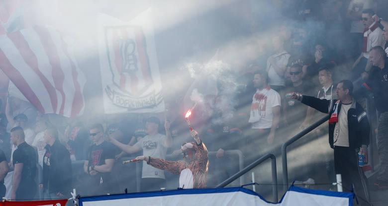 """Resovia zwycięska w 82. derbach Rzeszowa. """"Pasiaki"""" ograły 2:1 Stal Rzeszów i minęły lokalnego rywala w tabeli.<br /> <br /> <strong>Zobacz także:<br /> <a href="""