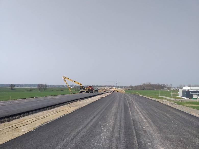 Trwa budowa obwodnicy piastowskiej Opola. Na odcinku pomiędzy budowanym węzłem na obwodnicy północnej a wiaduktem nad ulicą Północną ułożono już pierwsze