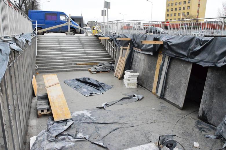 Podpisano aneks do umowy, który pozwoli wykonawcy zakończyć prace przy modernizacji przejścia podziemnego przy ul. Dworcowej w Koszalinie na koniec marca.