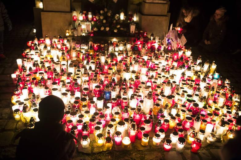 Pierwszego listopada na Cmentarzu Rakowickim można spotkać tysiące ludzi, którzy przyszli wspominać swoich zmarłych. Po zmroku zatłoczona nekropolia