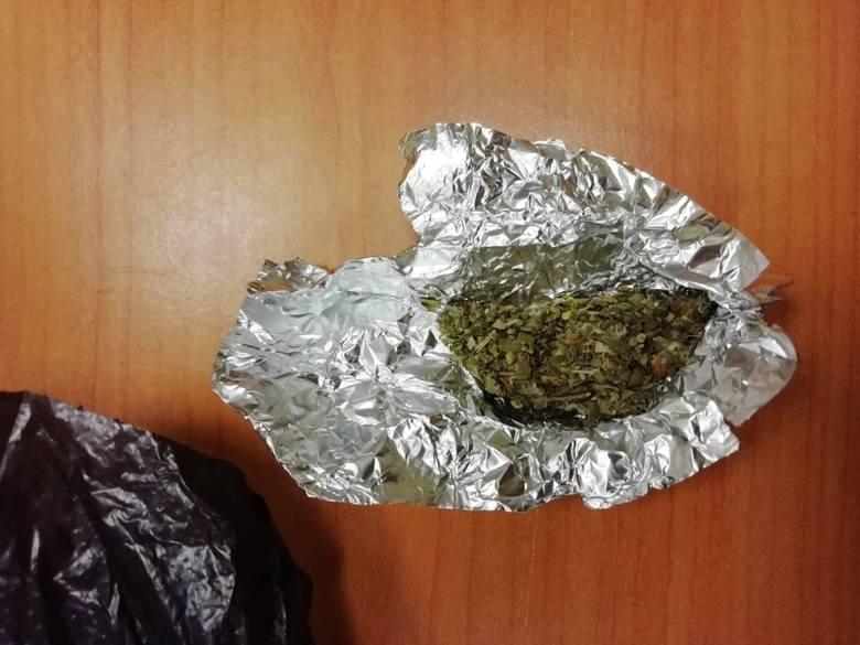 Na ul. Inowrocławskiej w Łodzi policja zatrzymała dwóch mężczyzn, którzy prawdopodobnie są dilerami narkotyków. Ich zatrzymanie było możliwe dzięki zgłoszeniu