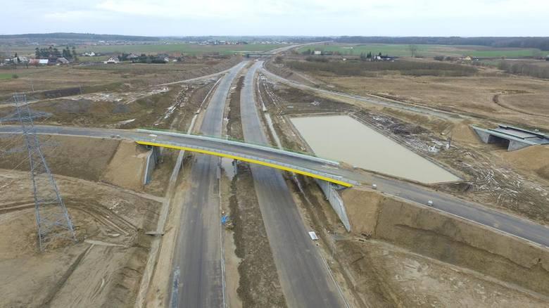 Jak przebiegają prace przy budowie obwodnicy Koszalina i Sianowa w ramach drogi ekspresowej S6? Zobaczcie najnowsze zdjęcia z lotu ptaka!Zdjęcia pochodzą