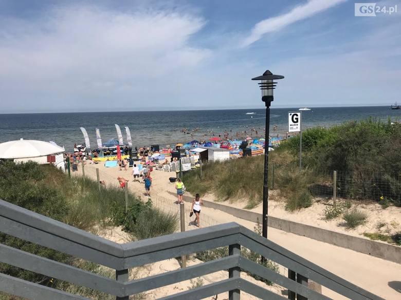 Pogoda nad morzem dopisała. W sobotę na plaży w Międzyzdrojach wypoczywało mnóstwo turystów i mieszkańców. ZOBACZ TAKŻE: TOP 10 najbardziej WKURZAJĄCYCH