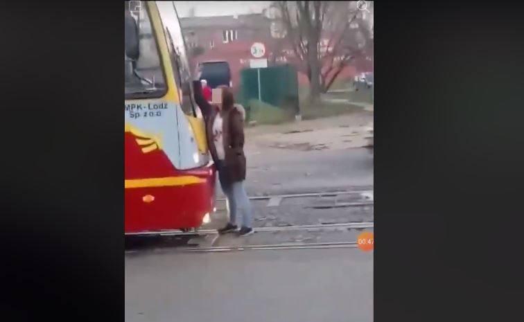 Do niecodziennych wydarzeń doszło przy skrzyżowaniu ulic Przybyszewskiego i Kilińskiego. W sieci pojawił się film, na którym widać jak młoda kobieta