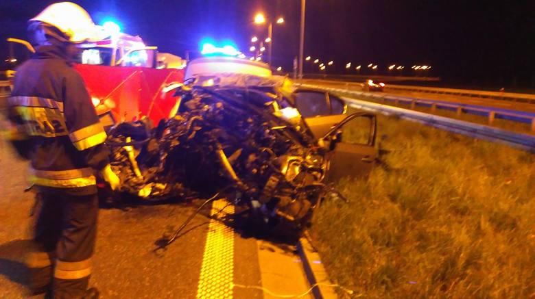 Do wypadku doszło w poniedziałek około godziny 2 w nocy w okolicach węzła autostradowego Włocławek Północ (Brzezie). Służby zostały wezwanie do wypadku