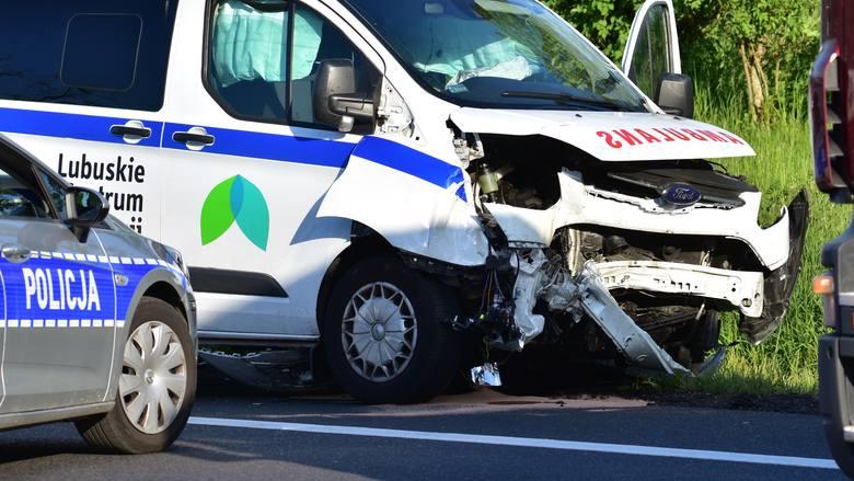 Osobówka zderzyła się z ambulansem